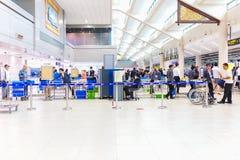 BANGKOK - JANUARI 14, 2016: Passageraren för kontrollen för personalen för Don Mueang flygplatssäkerhet hänger löst på porten på  arkivbilder