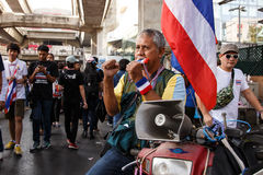 BANGKOK - JANUARI 13 2014: Personer som protesterar mot den ral regeringen Royaltyfria Bilder