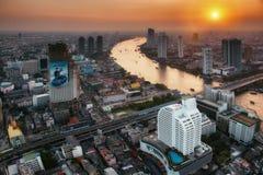 BANGKOK - JANUARI 29: Sikt av affären som är distinkt på 29 januari, 2014 i Bangkok, Thailand. Sikt från golvet 59 av den Lebua st Fotografering för Bildbyråer