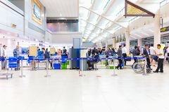 BANGKOK - 14 JANVIER 2016 : Le passager de contrôle de personnel de sécurité dans les aéroports de Don Mueang met en sac à la por Images stock