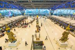 BANGKOK - 8 janvier passagers vérifiant le programme de vol sur des diagrammes d'aéroport à l'aéroport de Suvarnabhumi, le 8 janv Photo libre de droits