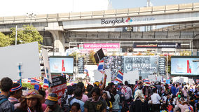 BANGKOK - 13 JANVIER 2014 : Protestataires contre le gouvernement ral Photos libres de droits