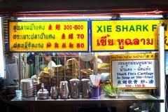 Bangkok jedzenia kramu sprzedawania rekinu żebra uliczna polewka przy Yaowarat nocy rynkiem, Chinatown, Bangkok Fotografia Royalty Free
