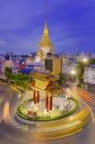 BANGKOK - JULI 15: Port av kineskvarteret på Juli 15, 2014 i Bangkok, Thailand Bågen markerar början av den berömda Yaowarat väge Fotografering för Bildbyråer
