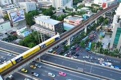 BTS Skytrain loopt op opgeheven sporen, BANGKOK - 20 juli Stock Afbeelding