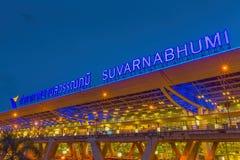 BANGKOK-JULY 20: Suvarnabhumi flygplats på natten på Juli 20, 2014 i Bangkok, Thailand Royaltyfri Fotografi
