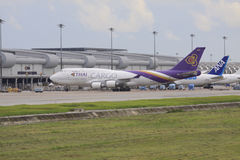 Bangkok-JULY25: thaiairway ładunku samolotu parking przy Suvarnabhumi ai Obrazy Stock