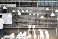 Bangkok - 5. Juni 2017 betrachtet der Mann elektrisches Diagramm nach dem Öffnen der elektrischen Lampe TCDC-Gebäude Lizenzfreies Stockfoto