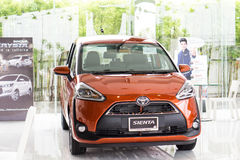 BANGKOK - JUNI 11: De oranje kleur van TOYOTA SIENTA op vertoning in Toyo Stock Afbeelding