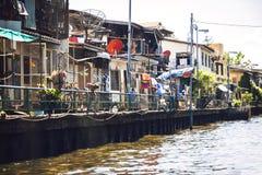 BANGKOK - JUNI 15, 2015: Hus runt om den LatPhrao kanalen Arkivfoto