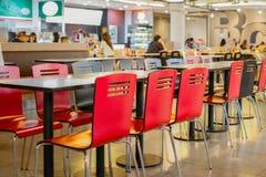 BANGKOK - JUNI 1: kantin eller matdomstol och kund på shoppa royaltyfria bilder