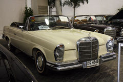 BANGKOK - JUNI 22 Mercedes-Benz 280SE Cabriolet 1968, 2.778 CC Royaltyfria Foton