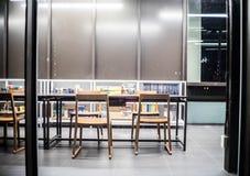 Bangkok - 5. Juni sitzt Bibliotheksinnenraum, Bibliothekseinstellung mit Büchern, Tabelle, viele und Lesematerial auf weißem Rega Lizenzfreies Stockbild