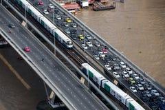 BANGKOK, 1 JUNI, 2017: Verkeer tijdens het spitsuur op Taksin-br Stock Foto