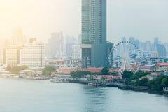Bangkok kontorsbyggnader och andelslägenhet med den Chao Phraya floden arkivfoto