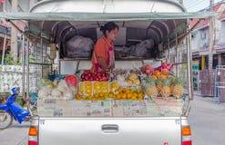 BANGKOK - Kwiecień, 14: Owocowy sprzedawca przygotowywa wiele owoc dla sprzedawać jakby Obraz Stock