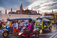 Bangkok l'8 dicembre: Ingorgo stradale davanti al grande palazzo Immagini Stock Libere da Diritti