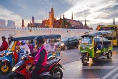 Bangkok l'8 dicembre: Ingorgo stradale davanti al grande palazzo Fotografia Stock