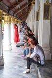 BANGKOK LA THAÏLANDE 25 SEPTEMBRE : Touristes s'asseyant à l'intérieur de la PA grande Images stock