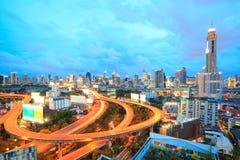Bangkok-Landstraße an der Dämmerung Stockbilder