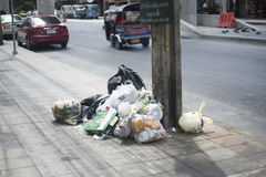 BANGKOK lipiec 18,2016: Torba na śmiecie na footpath w Bangkok prowinci, Thailand, selekcyjna ostrość Zdjęcia Royalty Free