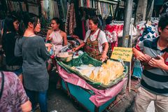 Bangkok 12 11 18: Liv i gatorna av Bangkok Försäljare säljer deras gods i gatorna av kineskvarteret arkivbilder