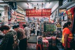 Bangkok 12 11 18: Liv i gatorna av Bangkok Försäljare säljer deras gods i gatorna av kineskvarteret arkivfoto