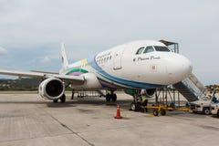 Bangkok-Luftflugzeug bereitet sich für das Verschalen und Flug vor Stockbild