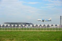Bangkok luftnivå som landar till landningsbanor på den internationella flygplatsen för suvarnabhumi i Bangkok, Thailand arkivbilder