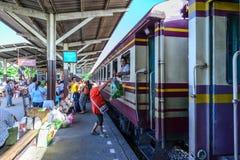 BANGKOK - 11 luglio: Il monger non identificato della donna consegna le verdure Immagini Stock Libere da Diritti