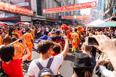BANGKOK, LUTY - 08: Niezidentyfikowani podróżnicy używa ich wiszącą ozdobę obrazy stock