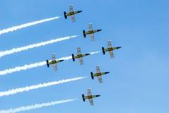 BANGKOK - 23. MÄRZ: Breitling Jet-Team unter der königlichen Himmel Breitling Team-und Rayal thailändischen Luftwaffen-Flugschau b Lizenzfreie Stockbilder