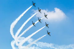 BANGKOK - 23. MÄRZ: Breitling Jet-Team unter der königlichen Himmel Breitling Team-und Rayal thailändischen Luftwaffen-Flugschau b lizenzfreies stockbild
