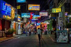 BANGKOK - 20. MÄRZ 2013: Glättung der gehenden Straße in Bangkok Lizenzfreies Stockbild