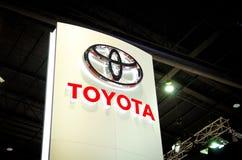 BANGKOK - 29. MÄRZ:  Logo von Toyota auf Anzeige in Bangkok Inter- Stockfotografie