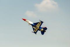 BANGKOK - 23. MÄRZ: Team-und Luftwaffen-Flugschau Breitling Jet Team Under The Royal Sky Breitling Rayal thailändische bei Donmuea Lizenzfreie Stockfotografie