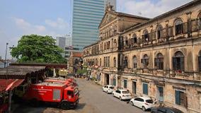 Caserne de pompiers antique de Bangrak avec les camions de pompiers rouges Image libre de droits