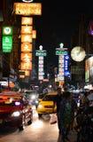 BANGKOK - MARS 21: Den Kina staden på den Yaowarat vägen Isolerade färgbilder på svart bakgrund Arkivbild
