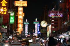 BANGKOK - 21 MARS : Signes au néon de boutique à la route de Yaowarat le 21 mars Image stock