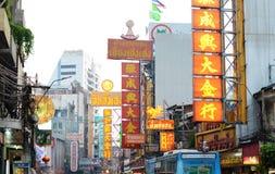 BANGKOK - 21 MARZO: Segni al neon del negozio alla strada di Yaowarat il 21 marzo Immagini Stock Libere da Diritti