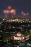 Bangkok med fyrverkerier på natten Arkivbilder