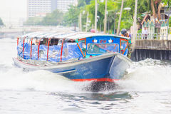 BANGKOK - MEI 22, 2016: Reis in kanaalschip saen-Saeb Stock Afbeeldingen