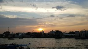 Bangkok miasta linia horyzontu, Timelapse, Piękny zmierzch nad Chao Phraya Rzeczną linią horyzontu, zmierzchu nieba tło, Długiego zbiory wideo