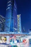 Bangkok nachts mit Automobillichtern Stockfotos