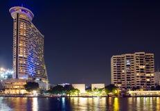 Bangkok nattbyggnad på flodsida Arkivbild