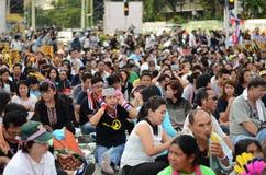 BANGKOK - NOVEMBER 11, 2013: Anti--regering personer som protesterar på Arkivbilder