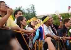 BANGKOK - NOVEMBER 11, 2013: Anti--regering personer som protesterar på Arkivfoton