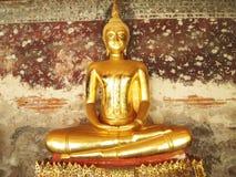 22 Bangkok-november: De gezette staten van Boedha op een rij binnen de tempelzaal van Wat Suthat op 22 November, 2013 in Bangkok, Stock Afbeelding