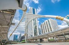 BANGKOK - November 12: Sikten av höga byggnader och offentlig himmel går för Arkivfoton