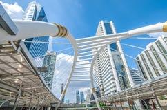 BANGKOK - November 12: Sikten av höga byggnader och offentlig himmel går för Royaltyfri Fotografi